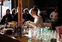 Nederland  Amsterdam  2016. Meesterlijk. Design and Crafts. Van 25 november tot 27 november presenteren 125 ontwerpers hun werk in de Zuiveringshal op het terrein van de Westergasfabriek. Meubelmakers, mode-designers, edelsmeden, glaskunstenaars, hoeden-en schoenenontwerpers, fooddesigners en leerbewerkers verkopen hun producten. Horeca.  Foto Berlinda van Dam /  Hollandse Hoogte