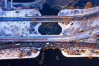 Alsterbruecken: EUROPA, DEUTSCHLAND, HAMBURG, (EUROPE, GERMANY), 03.03.2005:Die Lombardsbruecke ist eine Straßen- und Eisenbahnbruecke über die Alster in Hamburg..Sie markiert den alten Verlauf der Stadtbefestigung, die die Aussenalster von der Binnenalster trennte. Benannt wurde die Bruecke nach dem Lombard genannten Pfandleihhaus, das hier 1651 auf einem Teil der Hamburger Wallanlagen, der Bastion Diderus, gestanden hat..Die 69 Meter lange Bruecke ueberspannt in drei Boegen die Alster zwischen Binnen- und Aussenalster. Bereits 1902 wurde eine Verbreiterung von 32 auf 48 Meter notwendig. .Der Eisenbahnverkehr wird parallel zur vierspurig ausgebauten Straße viergleisig gefuehrt und verbindet Hamburg-Dammtor mit dem Hamburger Hauptbahnhof. Zwei Gleise dienen der Hamburger S-Bahn. .Europa, Deutschland, Hamburg, Stadt, Staedte, Stadtansicht, Stadtbild, Stadtuebersicht, Stadtueberblick, Uebersicht, Ueberblick, Luftaufnahme, Luftbild, von, oben, Wasser, Fluss, Alster, Binnenalster, Aussenalster, Innenstadt, Eis, Winter, winterlich, winterliche, Kennedybruecke, Lombartsbruecke