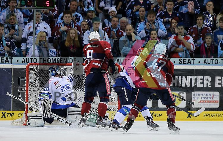 Das Tor zum 1:0 v.l. Goalie Markus Janka (Schwenningen) Torsch&uuml;tze Morten Madsen (Hamburg) trifft ins Tor und Adam Mitchell (Hamburg, r.) schaut zu im Spiel in der DEL, Hamburg Freezers - Schwenninger Wild Wings.<br /> <br /> Foto &copy; P-I-X.org *** Foto ist honorarpflichtig! *** Auf Anfrage in hoeherer Qualitaet/Aufloesung. Belegexemplar erbeten. Veroeffentlichung ausschliesslich fuer journalistisch-publizistische Zwecke. For editorial use only.