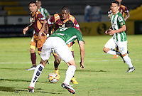 IBAGUÉ -COLOMBIA, 13-12-2014. Wilmar Barrios (Izq) jugador de Deportes Tolima disputa el balón con Francisco Najera (Der) jugador del Atletico Nacional por la fecha 4 de la Liga Aguila I 2016 jugado en el estadio Manuel Murillo Toro de la ciudad de Ibagué./ Wilmar Barrios (L) player of  Deportes Tolima vies for the ball with Francisco Najera (R) player of Atletico Nacional for the date 4 of the Aguila League I 2016 played at Manuel Murillo Toro stadium in Ibague city. Photo: VizzorImage / Juan Carlos Escobar / Str