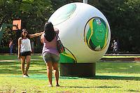 ATENCAO EDITOR: FOTO EMBARGADA PARA VEICULO INTERNACIONAL - SAO PAULO, SP, 06 DEZEMBRO 2012 - CAFUSA  BOLA DA COPA DAS CONFEDERACOES -  A Cafusa bola da copa das confederacoes esta em exposição em tamanho gigante no parque do Ibirapuera zona sul da capital nessa quinta, 06. (FOTO: LEVY RIBEIRO / BRAZIL PHOTO PRESS)