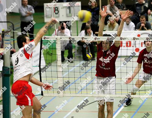 2010-02-06 / Volleybal / seizoen 2009-2010 / Puurs - Preucura Antwerpen / Vlado Milev neemt het op tegen Tim Verschueren van Antwerpen..Foto: mpics