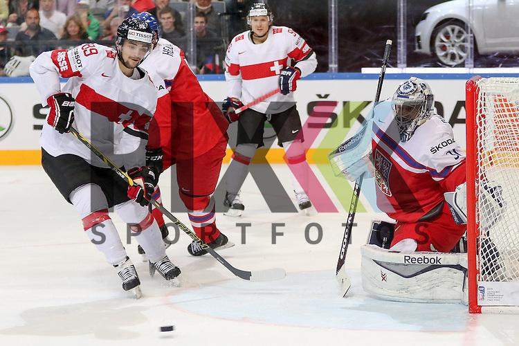 Schweizs Almond, Cody (Nr.89) geht zum Puck, Tor f&uuml;r die Schweiz, Tschechiens Pavelec, Ondrej (Nr.31)(Winnipeg Jets) geschlagen im Spiel IIHF WC15 Tschechien vs. Schweiz.<br /> <br /> Foto &copy; P-I-X.org *** Foto ist honorarpflichtig! *** Auf Anfrage in hoeherer Qualitaet/Aufloesung. Belegexemplar erbeten. Veroeffentlichung ausschliesslich fuer journalistisch-publizistische Zwecke. For editorial use only.