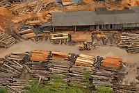 Imagens de uma das maiores madeireiras das 140 instaladas no município.Em uma operação iniciada na última segunda feira as 7:30 horas da manhã nos arredores de Tailândia(sul do Pará), cerca de 120 homens com 30 viaturas,  da Polícia Militar do estado do Pará, polícia civil e agentes do Ibama participam da operação. Já foram apreendidas cerca de 10.000 mts cúbicos de espécimes diversas como Jatobá, Mata mata e angelim  com 4 prisões. Até agora seis serrarias uma carvoaria e uma mineradora(areia) já foram autuadas. <br /> Tailândia , Pará, Brasil.<br /> 13/02/2008.<br /> Foto Paulo Santos/Interfoto