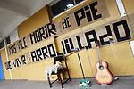 SCH14. BUIN (CHILE), 17/08/2011.- Detalle de un cartel en el patio del liceo A131 donde se alojan cinco estudiantes en huelga de hambre en demanda de una educación gratuita y de calidad, desde hace más de 30 días hoy, miércoles 17 de agosto de 2011, en Buin (Chile). EFE/Felipe Trueba