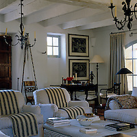 The black and white theme of this country-style living room lends it an air of distinction
