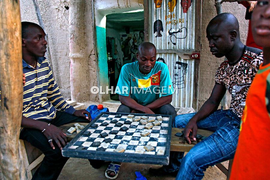 Pessoas jogando damas em Djenne. Mali. 2010.  Foto de Caio Vilela.