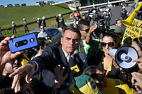 BRASÍLIA, DF, 27.05.2015 – PROTESTO-DF – Jair Messias Bolsonaro deputado federal durante ato do Movimento Brasil Livre (MBL) exibem uma faixa gigante pedindo o impeachment da presidente Dilma Rousseff durante protesto realizado diante do prédio do Congresso Nacional, em Brasília, na tarde desta quarta-feira,27.(Foto: Ricardo Botelho / Brazil Photo Press)