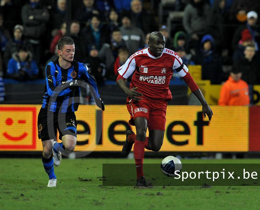 Club Brugge - KV Kortrijk : Alassane Tambe aan de bal voor Maxime Lestienne.foto VDB / BART VANDENBROUCKE