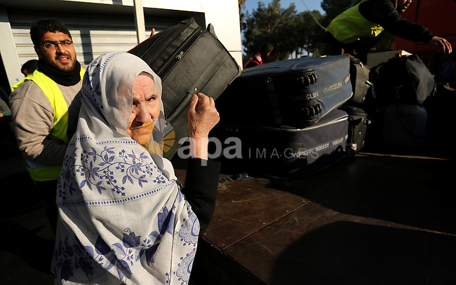 Palestinians, come back from Egypt at Rafah crossing after it was opened by Egyptian authorities to allow stranded Palestinians to return to Gaza, in the southern Gaza Strip February 18, 2017. Photo by Ashraf Amra