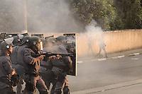 SAO PAULO, SP, 11 de junho 2013- Confronto entre policia militar e moradores durante a reintegracao de posse na Av do Cursino 5000 no Parque Bristol Zona Zul de Sao Paulo no terreno com mais de 80 familia  ADRIANO LIMA / BRAZIL PHOTO PRESS).