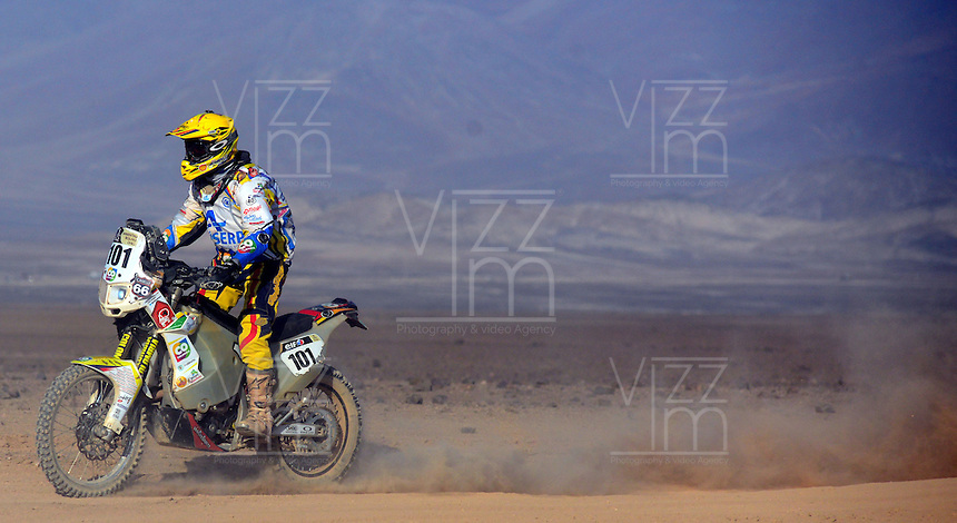 DESIERTO CHILENO -17-01-2014. Piloto colombiano  conduce por el desierto chileno durante su participacion en el Rally Dakar 2014. Colombian driver driving in the Chilean desert while participating in the 2014 Dakar Rally. Photo: VizzorImage / Diego Bustamante / Contribuidor