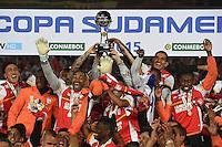 BOGOTÁ - COLOMBIA -09-12-2015: Jugadores de Independiente Santa Fe (COL) levantan el trofeo como campeones de la Copa Sudamericana 2015 después del encuentro de vuelta con Huracan (ARG) jugado en el estadio Nemesio Camacho El Campín de la ciudad de Bogota./ Players of Independiente Santa Fe (COL) lift the trophy as a champions of Copa Sudamericana 2015 after the second leg match against Huracan (ARG) played at Nemesio Camacho El Campin stadium in Bogota city.  Photo: VizzorImage/ Gabriel Aponte /Staff
