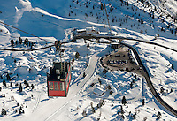 Italy, Veneto, Province Belluno, at Passo Falzarego: Lagazuoi cable car to the Little Lagazuoi | Italien, Venetien, Provinz Belluno, am Falzaregopass: eine Touristenattraktion ist die Fahrt mit der Lagazuoi-Seilbahn auf den Kleinen Lagazuoi