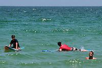 RIO DE JANEIRO, RJ, 29.12.2013 - A praia do Recreio dos Bandeirantes, zona oeste da cidade, fica lotada neste domingo de sol e altas temperaturas pricurando se refrescar. (Foto. Néstor J. Beremblum / Brazil Photo Press)