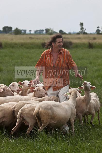 Europe/France/Aquitaine/33/Gironde/Anglade: Elevage de moutons chez Thierry et France Delottier, Moutonniers de l'Estuaire - Agneaux de l'Estuaire  Thierry Delottier et son troupeau dans le Marais du Blayais