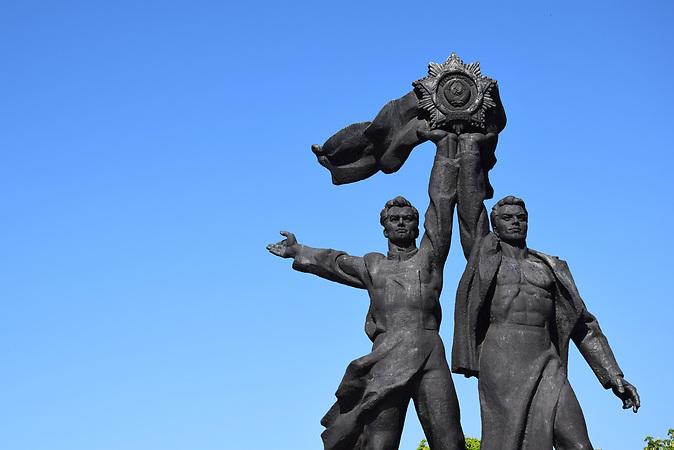 ESC Vorbericht <br /> Ein paar Tage vor dem ESC in der Innenstadt von Kiew:<br />Eine Bronzeskulptur unter dem &quot;Bogen der V&ouml;lkerfreundschaft&quot;, die einen ukrainischen und einen russischen Arbeiter zeigt, symbolisierte urspr&uuml;nglich die russisch-ukrainische Freundschaft.