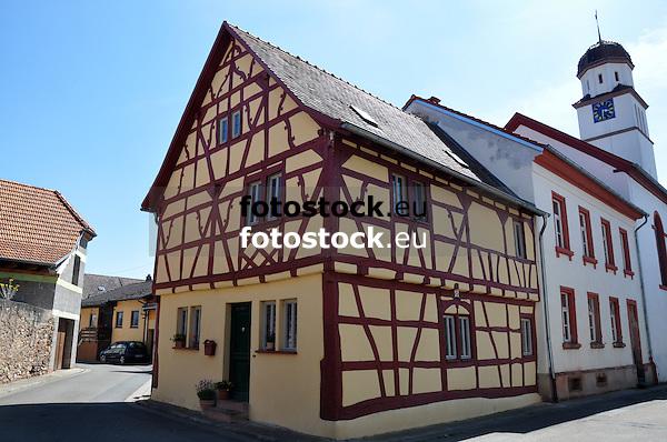 ehemaliges Rathaus, im Hintergrund die Evangelische Kirche von Grolsheim