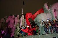 SÃO PAULO, SP, 02 DE OUTUBRO DE 2013 - PROTESTO INDIGENAS - Indígenas realizam ato, no Monumento às  Bandeiras, Ibirapuera, em protesto contra a PEC 215 e pela demarcação de terras, na noite desta quarta feira, 02, após passeata pela Avenida Paulista. FOTO: ALEXANDRE MOREIRA / BRAZIL PHOTO PRESS