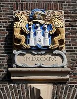 Gevelsteen in Kampen, met leeuwen en een burcht
