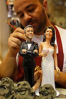 le statuine di George Clooney e sua moglie Amal con l'abito da sposa  entrano nel presepe vip di Genny di Virgilio