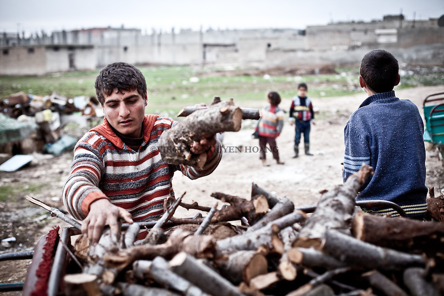 Syrian civilian from the village of Azaz,North Aleppo, are cutting wood in order to make fire. Since one month they don't have acces to electricity..Des civiles syriens du village d'Azaz, au Nord d'Alep, coupent du bois pour faire du feux. Depuis un mois, ils n'ont pas accès à l'électricité.