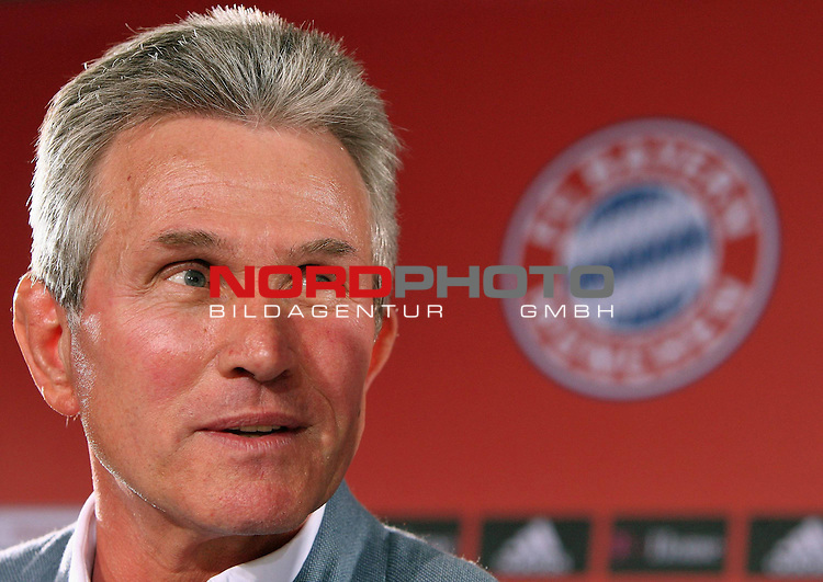 Pressekonferenz - Bayern M&uuml;nchen - Vorstellung neuer Trainer Jupp Heynckes<br /> <br /> MUNICH, GERMANY - APRIL 28:  New Bayern Muenchen head coach Jupp Heynckes addresses the media during a news conference on April 28, 2009 in Munich, Germany. Heynckes will take over as head coach for the remaining five league games.<br /> <br /> Foto &copy; nph ( nordphoto )