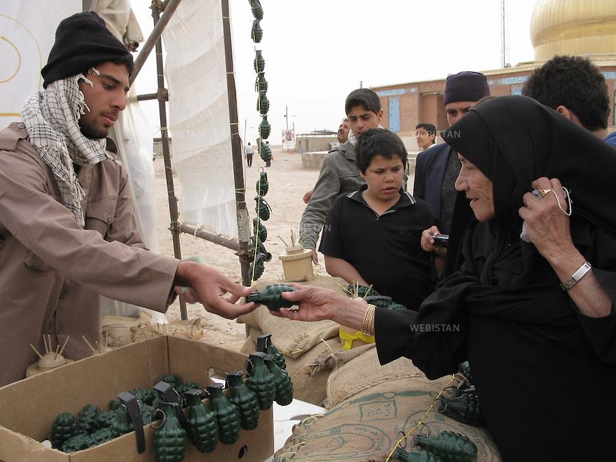 Iran. Khuzistan. Mars 2009. Shalamcheh. La premi&egrave;re ligne de la guerre Iran-Irak. (Pendant laquelle il y a eu pres de 1 million de morts). Des jouets en forme de grenade et de mines anti-personnelles sont vendues pour les enfants.<br /> Pr&egrave;s de la fronti&egrave;re irakienne. Chaque ann&eacute;e, lors des c&eacute;l&eacute;brations de la f&ecirc;te de Norouz, le nouvel an iranien, des milliers d'iraniens de tout le pays, appel&eacute;s &quot;Rahian-e Noor&quot; (la caravane de lumi&egrave;re en persan), aid&eacute;s par des organisations gouvernementales, se rassemblent sur les anciens champs de batailles pour comm&eacute;morer leurs proches tomb&eacute;s comme soldat ou bassidji. La prise en charge totale des frais de d&eacute;placement et logement par l'&eacute;tat, font de ce p&egrave;lerinage un &eacute;vement touristique pris&eacute; des familles les plus mod&egrave;stes. La guerre Iran-Iraq fut l'un des conflits arm&eacute;s les plus meutriers du dernier quart du vingti&egrave;me si&egrave;cle, faisant environs un million de victimes.<br /> Iran. Kurdistan. Mars 2009. Shalamcheh. Frontline zone of the Iran-Irak war (during which almost 1 million people died). Toys shaped as grenades and antipersonnel mines are sold for the children.<br /> Near the remains of Iran-Iraq War (1980-1988) frontline zone, close to the Iraqi border. Every year, during the celebration of Nowrooz, the Iranian new year, thousands of Iranians from all over the country, called &quot;Rahian-e Noor&quot; (Caravan of light in Persian), helped by state organizations, gather on former battle fields to commemorate their loved ones who died as soldiers or Basijis. All expenses of this pilgrimage being paid by the State, makes it a favored touristic destination for  families of humble background. The Iran-Iraq War was one of the deadliest armed conflicts of the last quarter of the twentieth century, leaving one million victims.