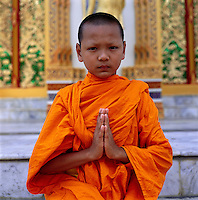 Thailand: Young Buddhist Monk praying | Thailand: junger, buddhistischer Moench beim Gebet
