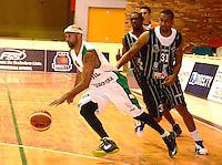 TUNJA - COLOMBIA: 03-05-2013: Eddy Balow (Izq.)  jugador de Las Aguilas de Tunja, disputan el balón con Edgar Arteaga (Der) de Piratas de de Bogota, durante partido en el coliseo Alvaro Sanchez Diaz en la ciudad de Tunja, mayo 03  de 2013. Aguilas de Tunja y Piratas de Bogota en partido de la novena fecha de la fase II de  la Liga Directv Profesional de baloncesto (Foto: VizzorImage / Jose Palencia / Str). Eddy Balow (L) player de Las Aguilas de Tunja fights for the ball with Edgar Arteaga (R) of Piratas from Bogota, during a match in the Alvaro Sanchez Diaz Coliseum in Tunja city, May 03, 2013. Aguilas from Tunja y Piratas from Bogota in the match for the 9 date of the fase II in the Directv Professional League basketball. (Photo: VizzorImage / Jose Palencia/ Str). .