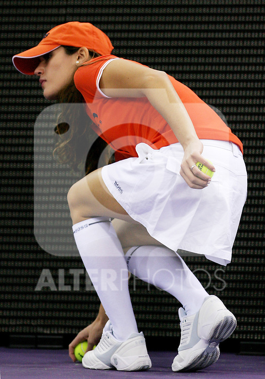 A ball girl during Madrid Masters Series tennis tournament match between Spain's Carlos Moya and Argentina's Juan Ignacio Chela at Madrid Arena, Monday 16 October, 2006. (ALTERPHOTOS/Alvaro Hernandez).