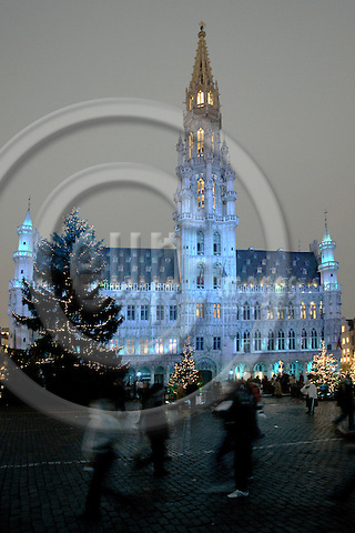 BRUSSELS - BELGIUM - 13 DECEMBER 2004--  Lightshow on the facade of the Brussels townhall on the Grand Place in the city center. -- PHOTO: JUHA ROININEN / EUP-IMAGES