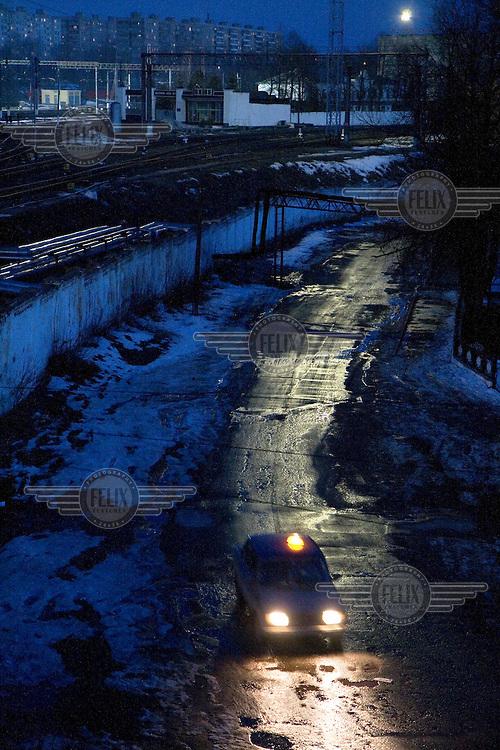 A car drives through Oryol at night.