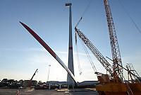 GERMANY Hamburg, construction of new Nordex wind turbine N117-3000 with 3 MW at water treatment plant of Hamburg Wasser / DEUTSCHLAND Hamburg, Aufbau einer Nordex Windkraftanlage N117-3000 3MW mit Hybridturm auf dem Gelaende des Klaerwerk Koehlbrandhoeft von Hamburg Wasser