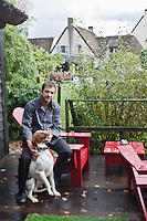Europe/France/Pays de la Loire/44/Loire Atlantique/Ile de Fedrun/Saint-Joachim : Eric Guerin chef du restaurant: La Mare aux Oiseaux - avec son chien: Elias, Braque St Germain (Non destiné à un usage publicitaire - Not intended for an advertising use] //  France, Loire Atlantique, Ile de Fedrun, Saint Joachim, chef Eric Guerin, La Mare aux Oiseaux, with his dog, Elias, Braque St Germain