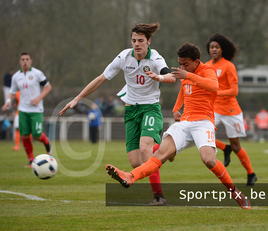20160324 - Buderich , GERMANY : Dutch Donyell Malen (R) and Bulgarian Vladislav Zhikov (L) pictured during the soccer match between the under 17 teams of The Netherlands and Bulgaria , on the first matchday in group 4 of the UEFA Under17 Elite rounds in Buderich , Germany. Thursday 24th March 2016 . PHOTO DAVID CATRY