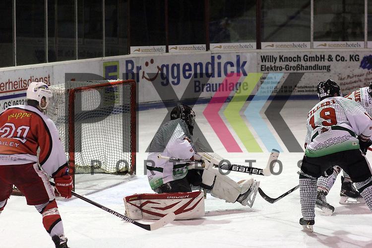 Christoph Oster (#1), Goalie, Crocodiles Hamburg im Spiel EC Harzer Falken - Crocodiles Hamburg.<br /> <br /> Foto &copy; P-I-X.org *** Foto ist honorarpflichtig! *** Auf Anfrage in hoeherer Qualitaet/Aufloesung. Belegexemplar erbeten. Veroeffentlichung ausschliesslich fuer journalistisch-publizistische Zwecke. For editorial use only.