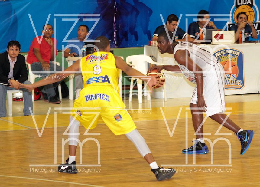 BUCARAMANGA -COLOMBIA, 26-03-2013. Fernández Cantillo de Búcaros y Moreno Asprilla de Piratas durante partido de la fecha 20 de la Liga DirecTV de baloncesto profesional colombiano disputado en la ciudad de Bucaramanga. /  Fernandez Cantillo of Bucaros and  Moreno Asprilla during a game of the date 20 of the DirecTV League of professional Basketball of Colombia at Bucaramanga city. (Photo:VizzorImage / Jaime Moreno / STR)................