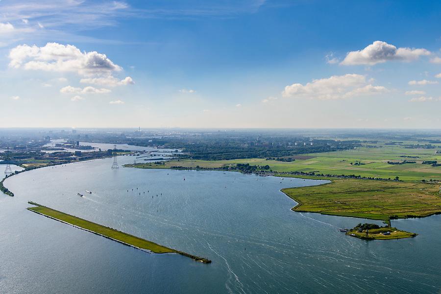 Nederland, Noord-Holland, Amsterdam, 13-06-2017; Buiten-IJ met Polder IJdoorn, Vuurtoreneiland met Kustbatterij (Fort Durgerdam, onderdeel van de Stelling van Amsterdam). Rijksmonument, onderdeel van de Werelderfgoedlijst van Unesco. Durgerdam, Zeeburgereiland  Oranjesluizen in de achtergrond. Links de Strekdam.<br /> Lighthouse Island with coastal Battery, part of the Defence Line of Amsterdam. Unesco World Heritage.<br /> luchtfoto (toeslag op standaard tarieven);<br /> aerial photo (additional fee required);<br /> copyright foto/photo Siebe Swart