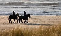 Nederland - Camperduin - 2019 .  Paardrijden op het strand tussen Camperduin en Hargen.     Foto Berlinda van Dam / Hollandse Hoogte