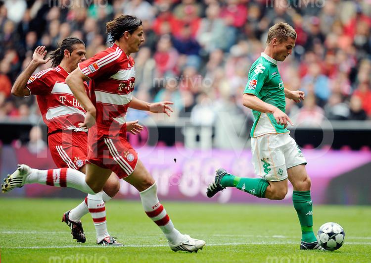 FUSSBALL   1. BUNDESLIGA   SAISON 2008/2009   5. SPIELTAG FC Bayern Muenchen  - Werder Bremen               20.09.2008 Jurica VRANJES (Bremen) erzilet das Tor zum 1-0. Daniel VAN BUYTEN und Martin DEMICHELIS (li, beide Muenchen) kommen zu spaet.