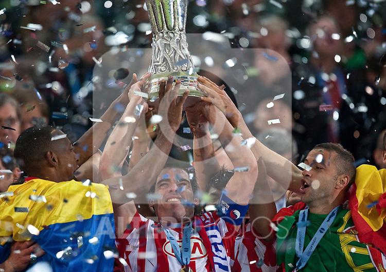 12.05.2010, Hamburg Arena, Hamburg, GER, UEFA Europa League Finale, Atletico Madrid vs Fulham FC im Bild Atletico feiert mit dem Europaleague Pokal bei der Zeremonie,  Foto: nph /  J. Feichter