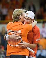 21-9-08, Netherlands, Apeldoorn, Tennis, Daviscup NL-Zuid Korea, :  Thiemo de Bakker scores the winning point for the Netherlands and is embraced bij captain Jan Siemerink
