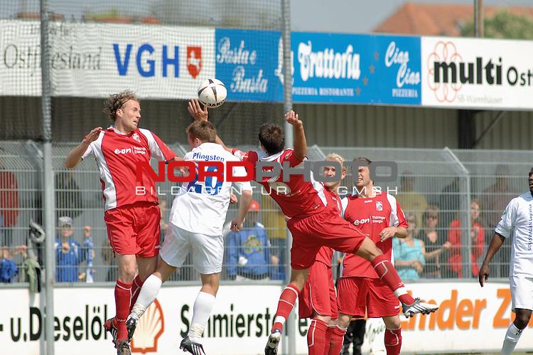 3. FBL 2008/2009 33. Spieltag RŁckrunde <br /> BSV Kickers Emden vs. FC Rot-WeiŖ Erfurt, <br /> <br /> Nils Pfingsten (mden #20) gegen Samil Cinaz (Erfurt #6), links Fabian Stenzel (Erfurt #14)  ,<br /> <br />  Foto &copy; nph (nordphoto)