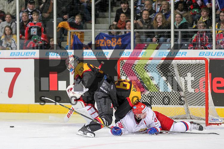 Russlands Zubov Ilya Igorevich (Nr.38)(Admiral) wird von Deutschlands Kettemer, Florian (Nr.69)(EHC Red Bull Muenchen) rausgeschoben im Spiel IIHF WC15 Germany - Russia.<br /> <br /> Foto &copy; P-I-X.org *** Foto ist honorarpflichtig! *** Auf Anfrage in hoeherer Qualitaet/Aufloesung. Belegexemplar erbeten. Veroeffentlichung ausschliesslich fuer journalistisch-publizistische Zwecke. For editorial use only.