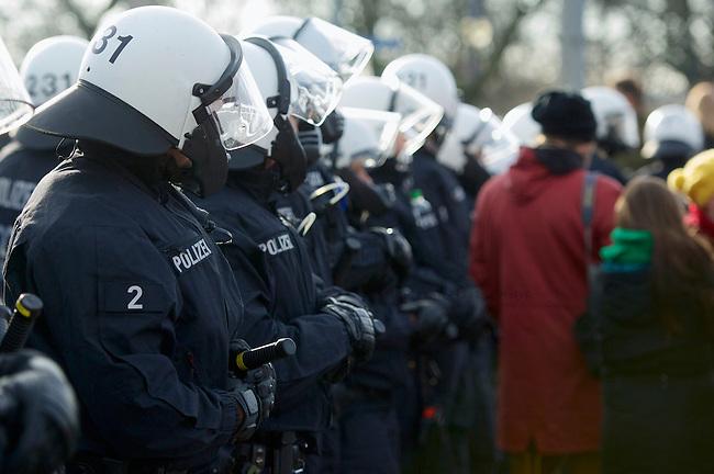 Mehrere tausend Menschen protestierten am Samstag den 18. Januar 2014 in Magdeburg gegen eine Demonstration von ca. 700 Neonazis. Die Nazis demonstrierten in Gedenken an die Bombardierung von Magdeburg am 16.1.1945 durch die Alliierten.<br />Die Polizei verhinderte erfolgreich alle Blockadeversuche der Gegendemonstranten. Daf&uuml;r waren Polizeieinheiten aus Berlin, Niedersachsen, Sachsen und Hessen nach Magdeburg beordert worden.<br />Im Bild: Polizeibeamte sperren eine Elbbruecke, und lassen die Menschen nicht zu einer SPD-Veranstaltung auf der Ostseite der Elbe in Magdeburg-Herrenkrug. In der Naehe der SPD-Veranstaltung sollen Neonazis aufmarschiert sein.<br />18.1.2014, Magdeburg<br />Copyright: Christian-Ditsch.de<br />[Inhaltsveraendernde Manipulation des Fotos nur nach ausdruecklicher Genehmigung des Fotografen. Vereinbarungen ueber Abtretung von Persoenlichkeitsrechten/Model Release der abgebildeten Person/Personen liegen nicht vor. NO MODEL RELEASE! Don't publish without copyright Christian-Ditsch.de, Veroeffentlichung nur mit Fotografennennung, sowie gegen Honorar, MwSt. und Beleg. Konto:, I N G - D i B a, IBAN DE58500105175400192269, BIC INGDDEFFXXX, Kontakt: post@christian-ditsch.de<br />Urhebervermerk wird gemaess Paragraph 13 UHG verlangt.]