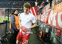 FUSSBALL CHAMPIONS LEAGUE  SAISON 2015/2016 ACHTELFINALE RUECKSPIEL FC Bayern Muenchen  - Juventus Turin      16.03.2016 Thomas Mueller (FC Bayern Muenchen) sichtlich erschoepft mit Megaphon in der Suedkurve