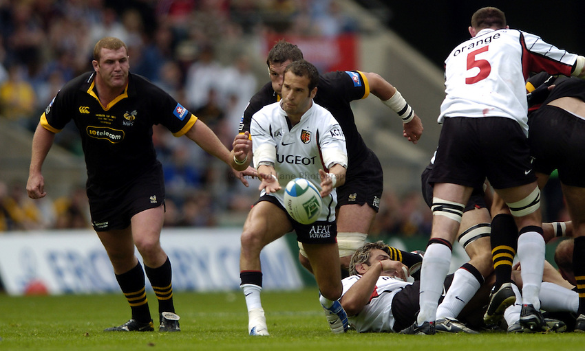 Photo: Richard Lane..London Wasps v Toulouse. Heinenken Cup Final. 23/05/2004..Frederic Michalak gets the ball away.