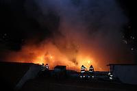 SAO PAULO, SP, 03/05/2013, INCENDIO IPIRANGA. Um incendio de grandes proporcoes ocorre nesse momento na Rua 28 de Setembro, no bairro do Ipiranga. No local, segundo informacoes, era estocado grande quantidade de papelao, cerca de 15 viaturas dos Bombeiros estao no local combatendo o fogo. LUIZ GUARNIERI/  BRAZIL PHOTO PRESS.