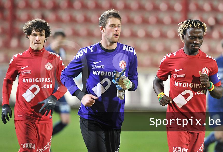 KV Kortrijk - RAEC Mons Bergen : Gertjan De Mets (links) , Remi Pillot en Ernest Nfor.foto VDB / BART VANDENBROUCKE